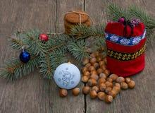 Branche conifére avec des décorations d'arbre de Noël, un Ba rouge de cadeau Images libres de droits