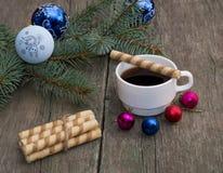 Branche conifére avec un ornement, un café et une cuisson Photos stock