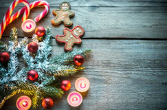 Branche d'arbre décorée de Noël avec des biscuits et des sucreries Image stock