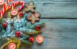 Branche d'arbre décorée de Noël avec des biscuits et des sucreries Photo libre de droits