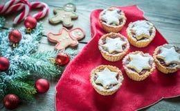 Branche d'arbre décorée de Noël avec la pâtisserie de vacances Photographie stock