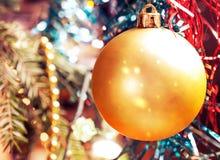 Branche d'arbre de Noël avec des boules de Noël sur le fond brouillé, et guirlandes de tresse cru image libre de droits