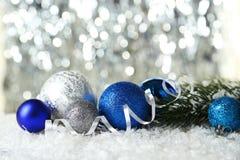 Branche d'arbre de Noël avec des boules sur la neige Image stock