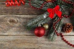 Branche d'arbre de Noël avec des boules sur le fond en bois Images stock