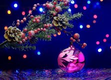 Branche d'arbre de Noël avec la boule de décoration fond pétillant Plancher féerique Images stock