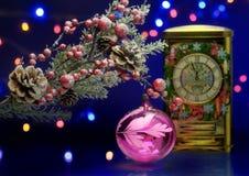 Branche d'arbre de Noël avec la boule de décoration Horloge à l'arrière-plan féerique Images libres de droits