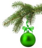 Branche d'arbre de Noël avec la boule verte d'isolement sur le dos de blanc Image stock