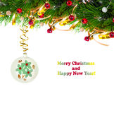 Branche d'arbre de Noël avec la serpentine d'or et la sphère de vintage Image stock
