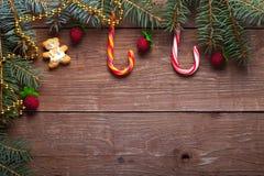 Branche d'arbre de Noël, canne de sucrerie et éléments décoratifs sur W Image stock