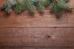 Branche d'arbre de Noël sur une table en bois ou conseil pour le fond Photographie stock