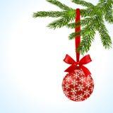 Branche d'arbre verte avec la boule rouge et ruban sur un fond blanc Boule décorée des flocons de neige Illustration Photo libre de droits
