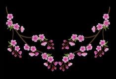 Branche de broderie des fleurs de cerisier roses sur un fond noir illustration libre de droits