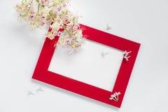 Branche de la châtaigne de floraison, cadre rouge pour une inscription de félicitation sur un fond blanc Photographie stock libre de droits