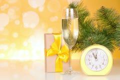 branche de Noël-arbre, un verre de champagne, boîte-cadeau et environ douze heures Photos stock