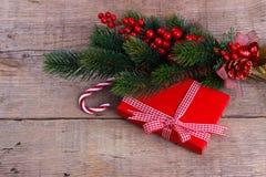 Branche de pin avec le boîte-cadeau images stock