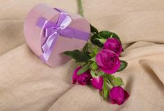 Branche de Rose et coeur de boîte-cadeau avec un arc Photo libre de droits