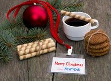 Branche de sapin, café, biscuits de farine d'avoine et Noël de label Photographie stock