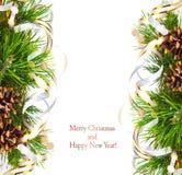 Branche de sapin de Noël avec des cônes de pin, des flammes d'or et des étoiles photos libres de droits