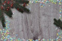 Branche de sapin et confettis multicolores Photo stock