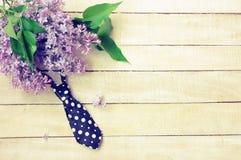Branche lilas, lien, sur une table en bois photos stock
