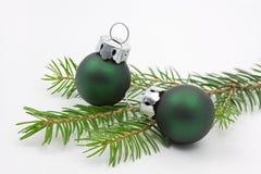 Branchement d'arbre de pin avec des billes de Noël Photographie stock