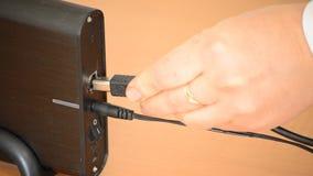 Branchement dans et allumer l'unité de disque dur externe clips vidéos