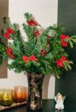 Branchements de l'arbre de sapin dans le vase en verre Image stock