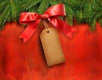 Branchements de pin avec l'étiquette de cadeau Photographie stock libre de droits