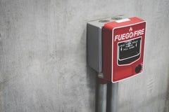 Brancher d'alarme d'incendie le mur en béton dans le bâtiment pour la sécurité avec l'espace de copie pour le texte images libres de droits