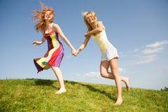Brancher heureux de deux filles Images libres de droits