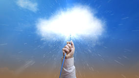 Brancher un câble d'Ethernet au nuage illustrant de grandes données Photographie stock