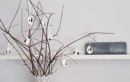 Branches avec des oeufs de pâques et la salutation de Pâques Images libres de droits