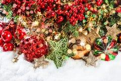 Branches d'arbre de Noël avec des babioles, guirlandes d'or, lumières Image stock