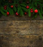 Branches d'arbre de Noël avec des cônes et des décorations de Noël dessus Photos libres de droits