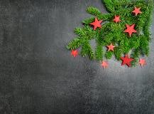 Branches d'arbre de Noël avec les étoiles rouges de décoration Photo libre de droits