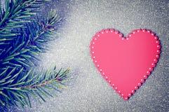 Branches d'arbre de Noël et ornement rouge de coeur Images libres de droits