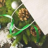Branches d'arbre de sapin avec dans le sac de cadeau place Images libres de droits