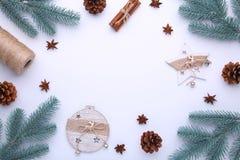 Branches d'arbre de sapin avec des jouets de Noël sur un fond blanc image stock