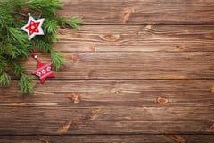 Branches d'arbre de sapin de Noël avec les étoiles en bois sur un backgr en bois Photo stock