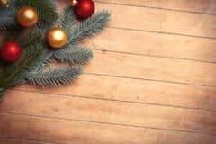 Branches d'arbre de sapin et babioles colorées sur l'OE merveilleux de brun Photo stock