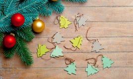 Branches d'arbre de sapin, jouets et babioles colorées sur le Br merveilleux Image stock