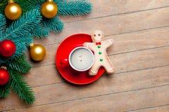 Branches d'arbre de sapin, tasse de café, bonhomme en pain d'épice et b coloré Photographie stock libre de droits
