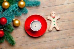 Branches d'arbre de sapin, tasse de café, bonhomme en pain d'épice et b coloré Photo stock