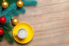 Branches d'arbre de sapin, tasse de café et babioles colorées sur gagné Image stock