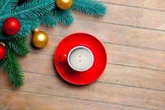 Branches d'arbre de sapin, tasse de café et babioles colorées sur gagné Photo libre de droits