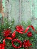Branches d'arbre vertes de sapin de Noël avec des décorations image libre de droits