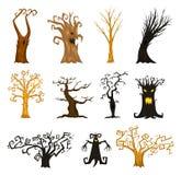 Branches d'arbres de Halloween, rampantes ou effrayantes et effrayantes monstres mythiques ou fantastiques fabuleux créatures en  illustration libre de droits