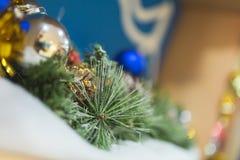 Branches d'un arbre de Noël avec de belles décorations sur un fond brouillé images stock