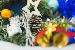Branches d'un arbre de Noël avec de belles décorations sur un fond brouillé photographie stock
