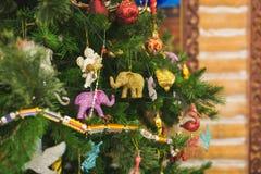 Branches d'un arbre de Noël avec de belles décorations sur un fond brouillé image stock